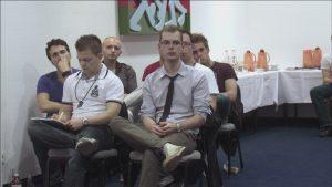 """Der 20-jährige Robert Timm als Teilnehmer eines """"Pick-Up""""-Seminars (Still aus """"Die Verführungskünstler"""")"""