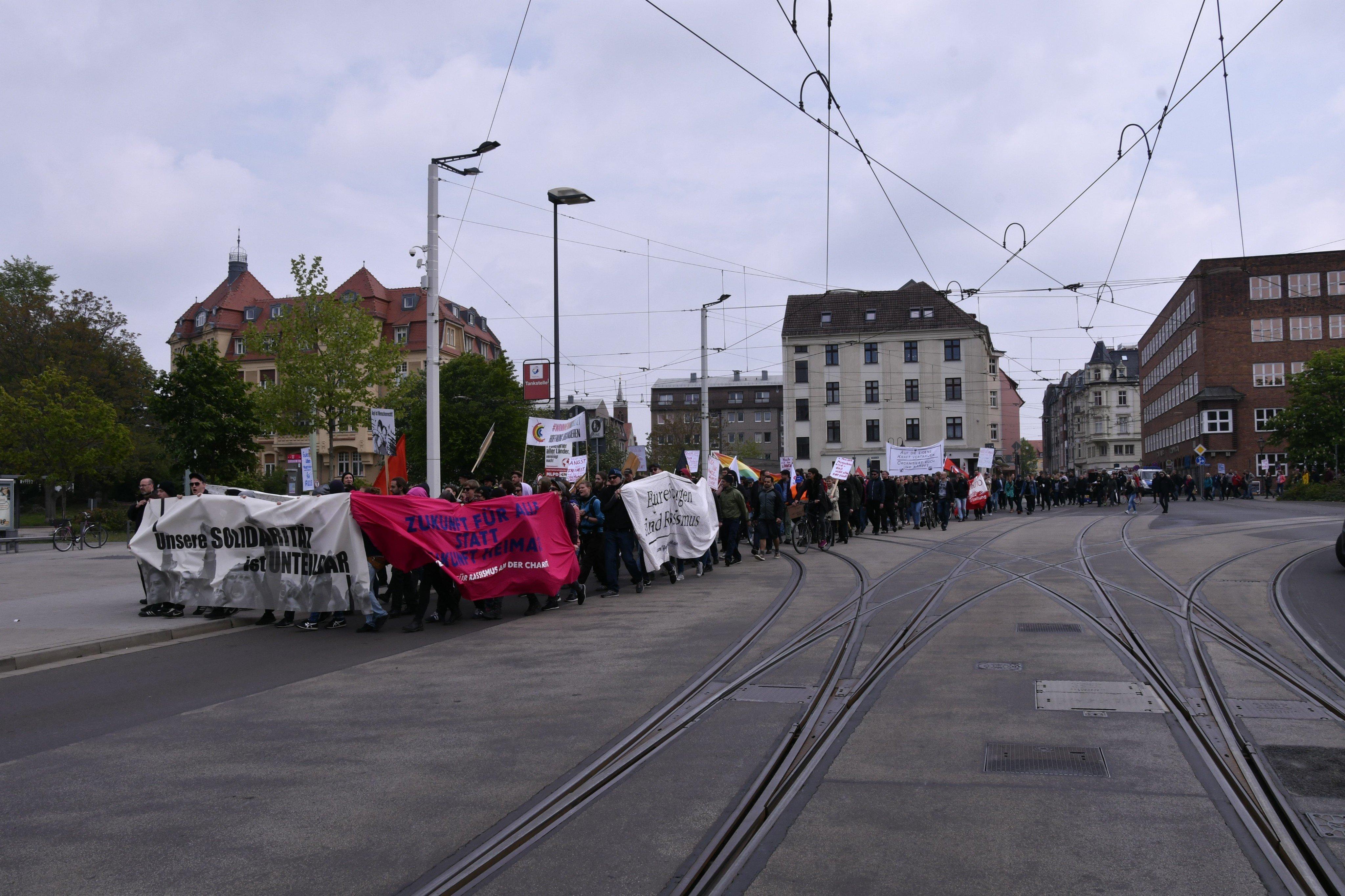 Die Demonstration erreicht die Stadthalle.